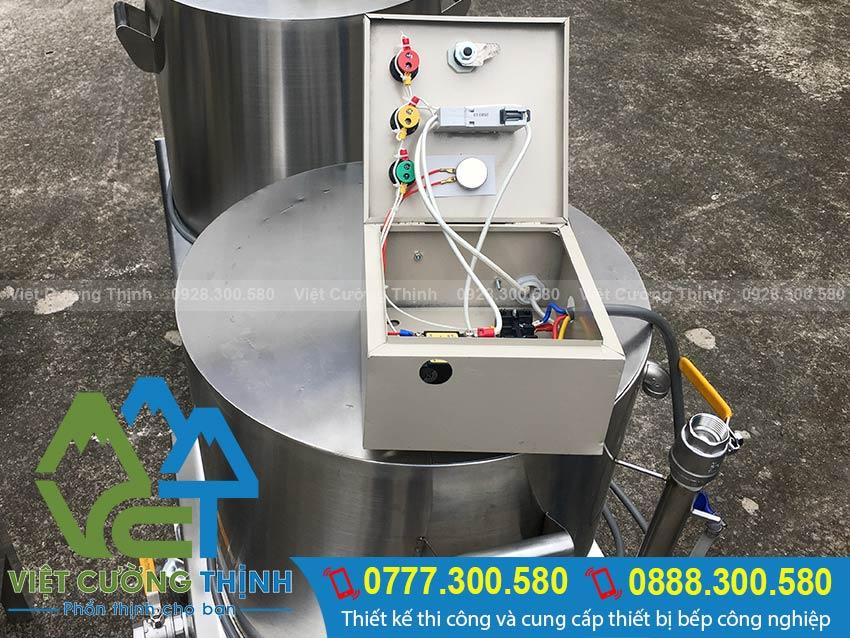 Phần hộp điện nồi nấu cháo công nghiệp được lắp đặt an toàn có khoa học khi sử dụng nồi nấu cháo công nghiệp bằng điện tại VCT.