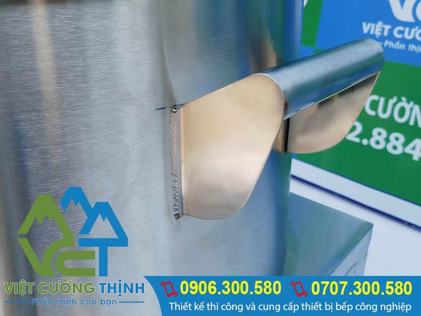 Tay cầm nồi hấp cơm tấm bằng điện rất chắc chắn an toàn bền và sang trọng.