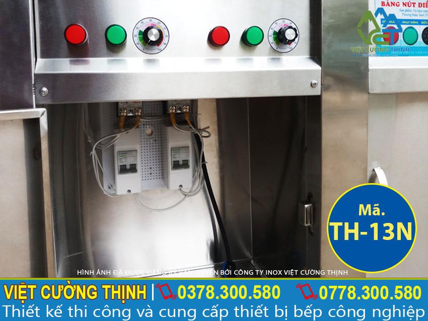 Chi tiết hộp điện của tủ hâm nóng thức ăn inox có mái che bên trên.