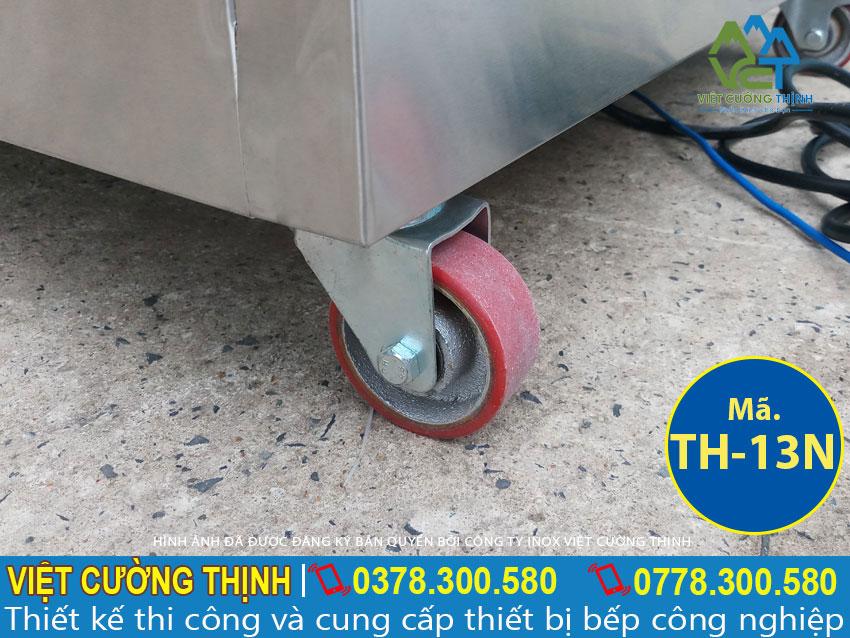 Tủ hâm nóng thức ăn được thiết kế mái che bên trên và 2 nồi 10 khay, di chuyển linh hoạt với bánh xe bên dưới.