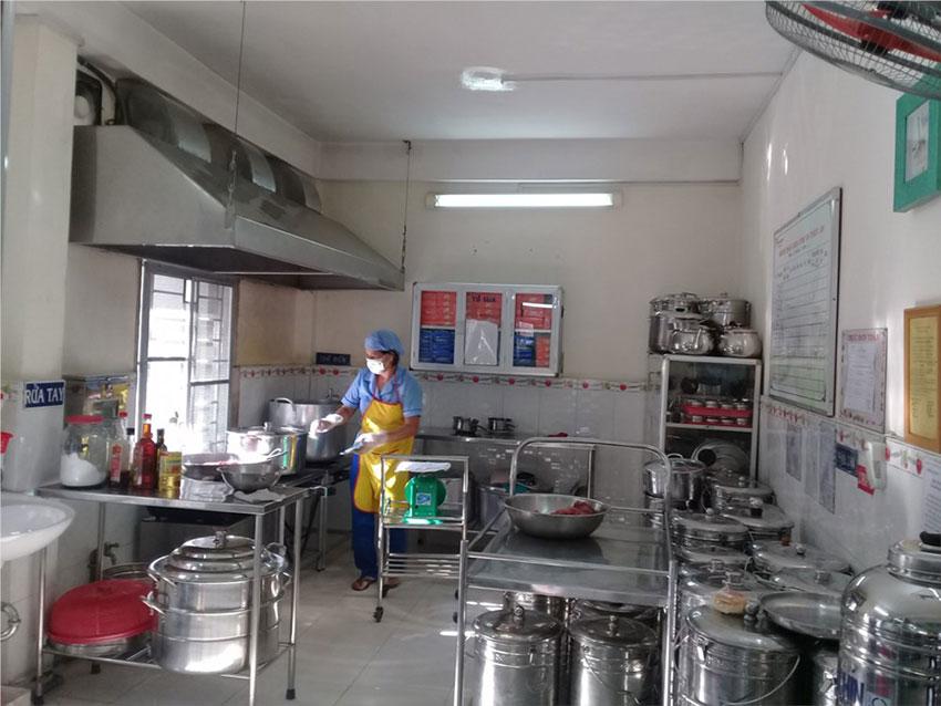 thiết bị bếp trong trường mầm non